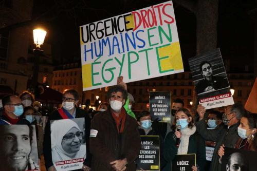 Ativistas protestam contra a visita do presidente egípcio, Abdel-Fattah Al-Sissi, à França, em Paris, devido aos maus-tratos a cidadãos egípcios, em 8 de dezembro de 2020. [Alaattin Doğru/Agência Anadolu]