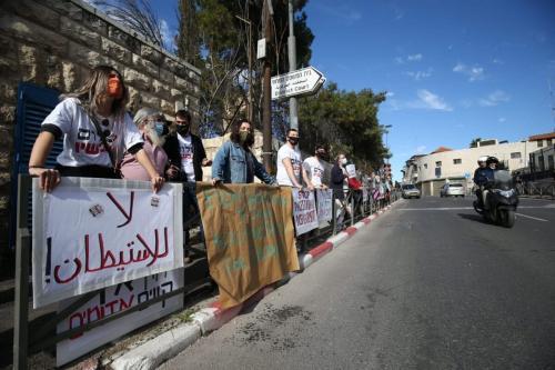 Ativistas palestinos e judeus realizam protesto contra a decisão do judiciário israelense em favor de colonos judeus ilegais, em Jerusalém, 9 de fevereiro de 2021 [Mostafa Alkharouf/Agência Anadolu]