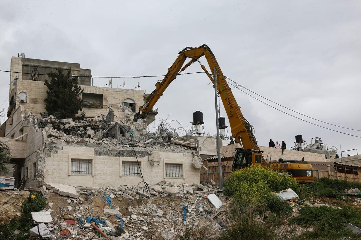 Forças israelenses demolem casas palestinas em Jerusalém, em 1 de março de 2021. [Mostafa Alkharouf/Agência Anadolu]