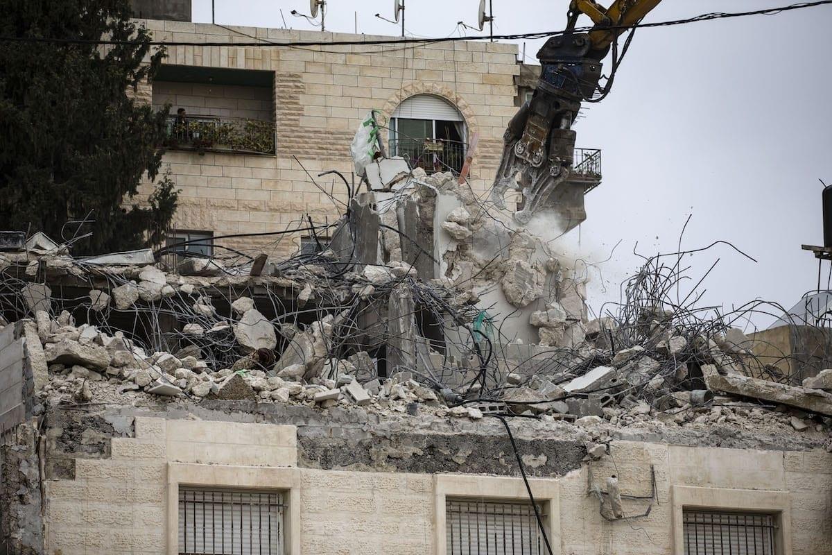 Soldados israelenses e escavadeiras demolem a casa de um palestino deficiente próximo a Jerusalém Oriental, em 01 de março de 2021. [Mostafa Alkharouf/Agência Anadolu]