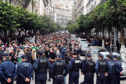 """Policiais bloqueiam a estrada enquanto manifestantes antigoverno argelinos tomam as ruas da capital Argel dentro das manifestações do movimento pró-democracia """"Hirak"""", na Argélia, em 1 de março de 2021. [Mousaab Rouibi/Agência Anadolu]"""