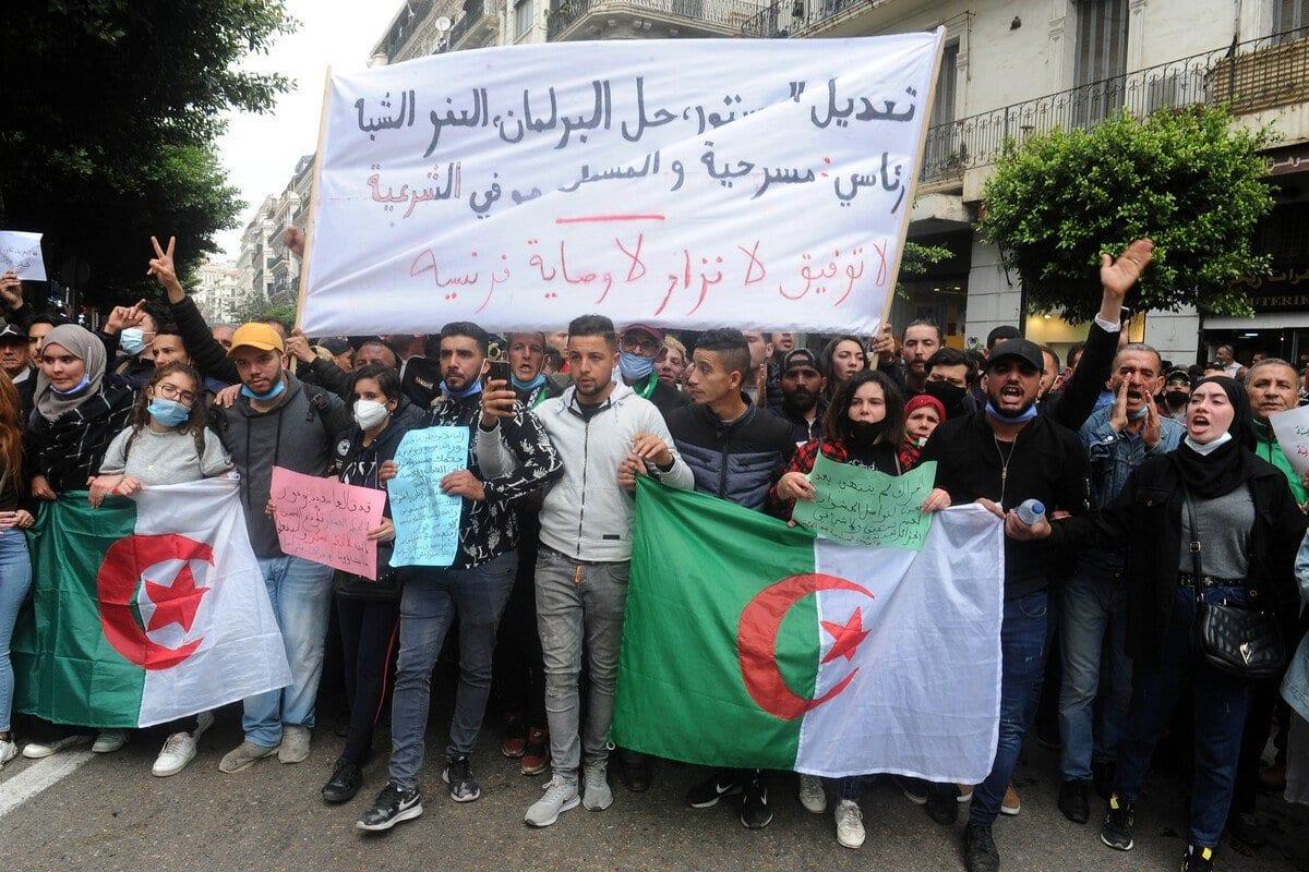 Manifestantes argelinos tomam as ruas contra o governo, durante protestos pró-democracia (Hirak), em Argel, capital da Argélia, 1° de março de 2021 [Mousaab Rouibi/Agência Anadolu]