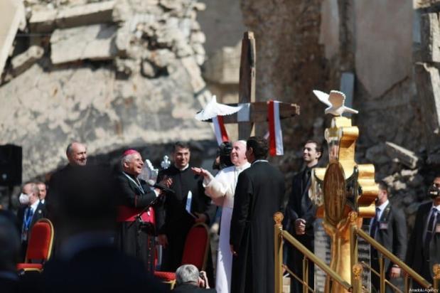 Papa Francisco (2º R) solta uma pomba na cerimônia na Praça da Igreja de Hosh al-Bieaa em Mosul, Iraque em 7 de março de 2021 [Osama Al Maqdoni / Agência Anadolu]