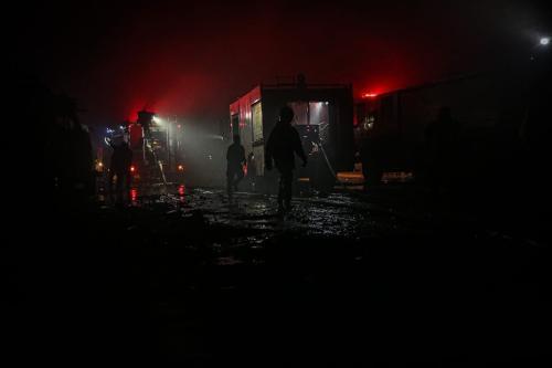 Bombeiros tentam extinguir um incêndio após um ataque de aviões russos em Idlib, Síria, 21 de março de 2021 [Muhammed Said/Agência Anadolu]