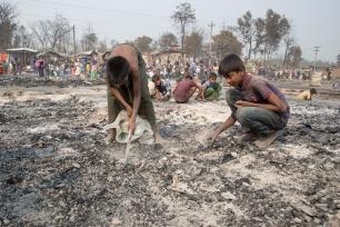 Vista do campo de refugiados de Rohingya em Ukhia depois que um grande incêndio o varreu e destruiu milhares de casas, matando pelo menos 25 pessoas em Ukhia, Cox's Bazar, Bangladesh, em 24 de março de 2021. (Agência Anadolu)