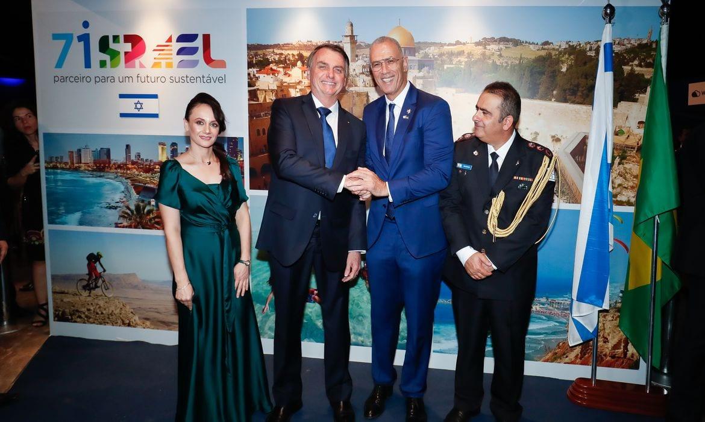 O presidente Jair Bolsonaro e o embaixador de Israel no Brasil, Yossi Shelley, participam da cerimônia comemorativa dos 71 anos do Estado de Israel, em Brasília. [Foto Alan Santos/PR]