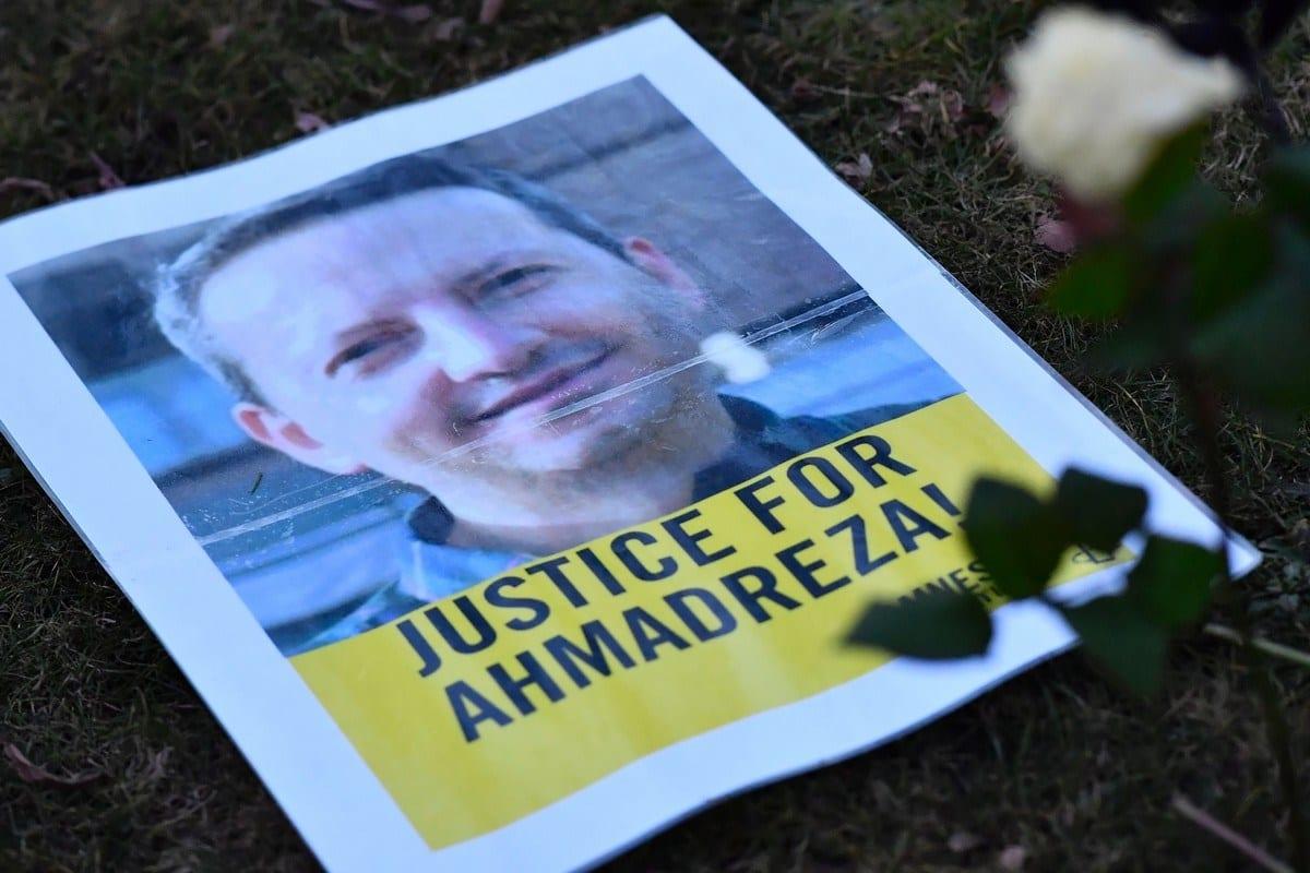 Cartaz de um protesto em apoio a Ahmadreza Djalali, um acadêmico iraniano detido em Teerã, em 13 de fevereiro de 2017. [Dirk Waem/AFP/Getty Images]