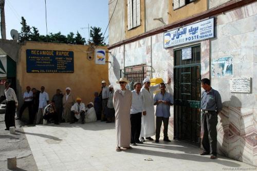 Com longas filas fora de seus escritórios, Algérie Poste negou responsabilidade pela falta de dinheiro e culpou o Banco da Argélia [Flickr / Magharebia / Hayam El Hadi]
