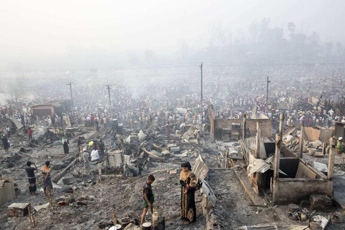 Uma vista do campo de refugiados de Rohingya depois que um grande incêndio varreu o campo e destruiu milhares de casas em Cox's Bazar, Bangladesh, em 24 de março de 2021. [Stringer/Agência Anadolu]