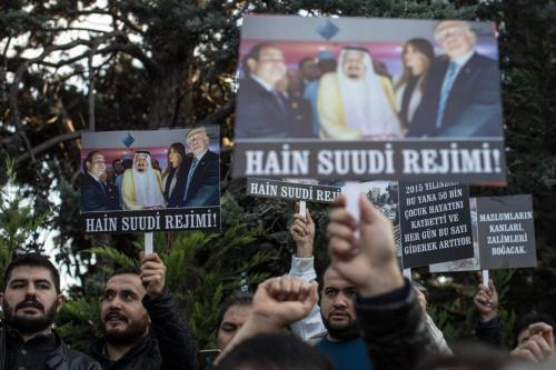 Manifestantes entoam palavras de ordem e exibem cartazes em protesto contra a intervenção saudita no Iêmen, em frente ao Consulado da Arábia Saudita em Istambul, Turquia, 11 de novembro de 2018 [Chris McGrath/Getty Images]
