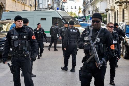 Forças de segurança argelinas se reúnem em frente ao tribunal de Sidi Mhamed, na capital Argel, em 10 de dezembro de 2019. [Ryad Kramdi/AFP via Getty Images]