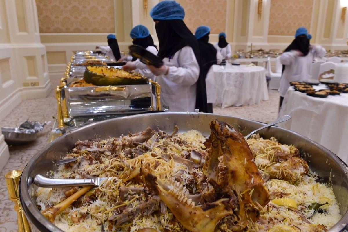 Voluntários do Banco Alimentar da Arábia Saudita, ou Etaam, recolhem restos após um casamento em Riad, 3 de julho de 2019 [Fayez Nureldine/AFP via Getty Images]