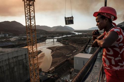 Tadele, operador de rádio na Grande Represa do Renascimento, perto de Guba, Etiópia, em 26 de dezembro de 2019 – a construção de 145 metros de altura e 1.8 km de extensão deverá tornar-se a maior usina hidrelétrica na África, com capacidade de 6 mil megawatts de potência [ Eduardo Soteras/AFP via Getty Images]