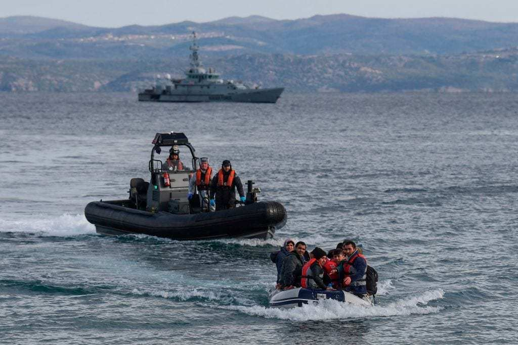 Um bote com refugiados se aproxima da ilha grega de Lesbos em 28 de fevereiro de 2020 [Aris Messinis/ AFP via Getty Images]
