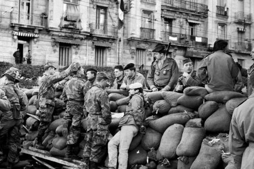 Soldados de infantaria e paraquedistas aguardam nas trincheiras erguidas pela insurreição de Argel, durante a Guerra da Argélia [Jean-Claude Combrisson/AFP via Getty Images]
