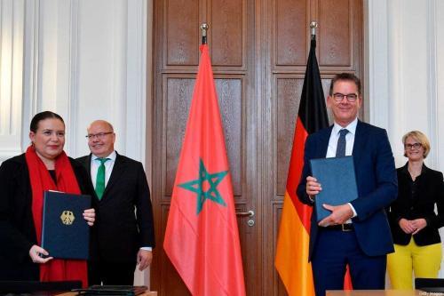 Ministro do Desenvolvimento alemão Gerd Mueller (2º dir.), Zohour Alaoui (esq.), o embaixador do Marrocos na Alemanha em 10 de junho de 2020 em Berlim [John Macdougall/ AFP via Getty Images]