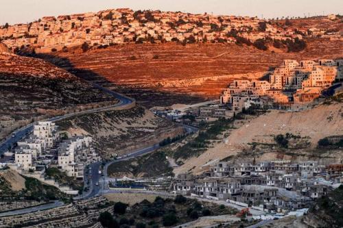 Obras do assentamento ilegal israelense de Givat Zeev, perto de Ramallah, na Cisjordânia ocupada, em 25 de junho de 2020 [Ahmad Gharabli/AFP via Getty Images]