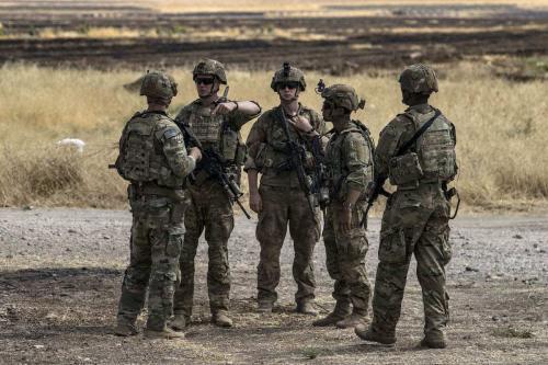 Soldados dos EUA estão em um campo de petróleo no interior da cidade de Al-Qahtaniyah, na Síria, em 4 de agosto de 2020. [Delil Souleiman/AFP/Getty Images]