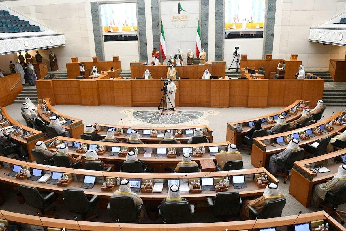 Esta foto mostra uma visão geral da reunião do Parlamento do Kuwait durante a qual Sheikh Nawaf al-Ahmad Al-Sabah foi empossado como o novo emir do país, na Cidade do Kuwait em 30 de setembro de 2020. [Yasser Al-Zayyat/ AFP via Getty Images]