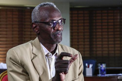 Ministro de Recursos Hídricos e Irrigação do Sudão Yasser Abbas concede entrevista em seu escritório na capital Cartum, 6 de fevereiro de 2021 [Ebrahim Hamid/AFP via Getty Images]