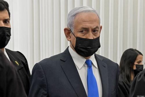O primeiro-ministro israelense Benjamin Netanyahu comparece a uma audiência em seu julgamento de corrupção no tribunal distrital de Jerusalém, em 8 de fevereiro de 2021. [Reuven Castro/ AFP via Getty Images]