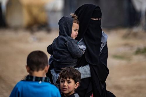 Mulheres e crianças no campo de detenção de al-Hol, administrado por grupos curdos, que abriga supostos familiares de combatentes do Estado Islâmico (Daesh), na província de Hasakeh, nordeste da Síria, em 17 de fevereiro de 2021 [Delil Souleiman/AFP via Getty Images]