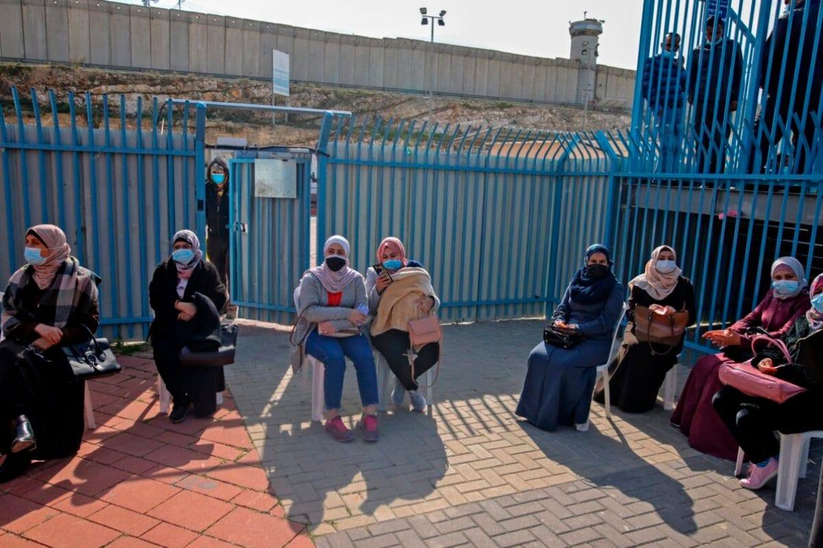 Posto de controle de Qalandia no cruzamento entre a cidade de Ramallah e Jerusalém oriental anexada a Israel, em 23 de fevereiro de 2021 [Ahmad Gharabli/ AFP via Getty Images]