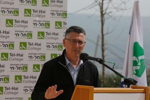 Gideon Sa'ar, líder do partido Nova Esperança, discursa durante visita de campanha ao Colégio Acadêmico de Tecnologia de Tel-Hai, no norte do território considerado Israel, em 9 de março de 2021 [Jalaa Marey/AFP via Getty Images]