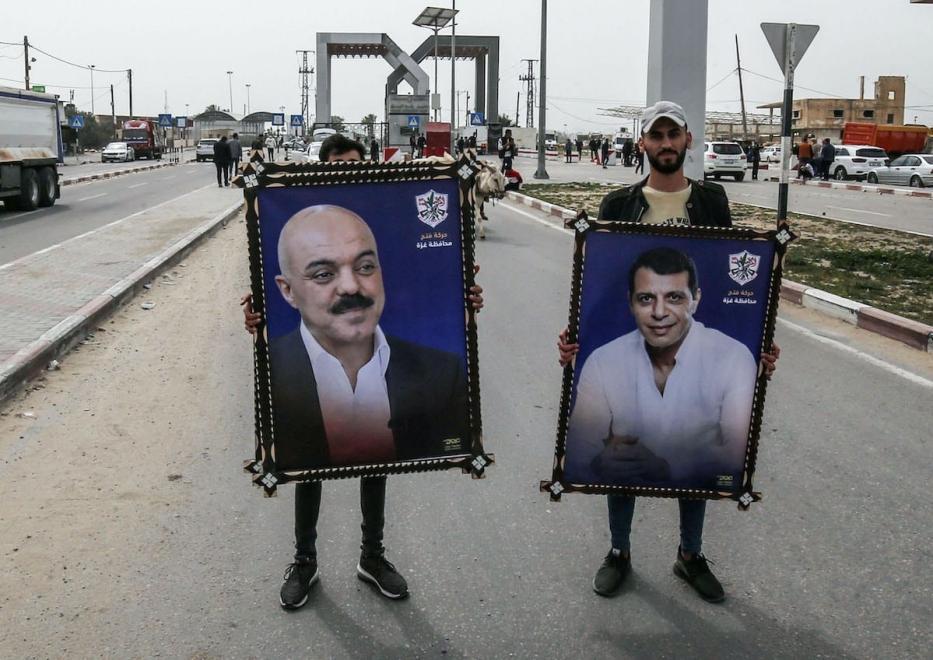Palestinos exibem bandeiras de Mohammed Dahlan (à direita), ex-chefe de segurança do Fatah, e do político palestino Samir al-Mashharawi, no sul da Faixa de Gaza, em 11 de março de 2021 [Said Khatib/AFP via Getty Images]