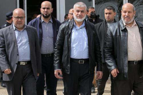 Líderes do Hamas Essam Aldalis (à esquerda), Rawhi Mushtaha (centro) e Khalil Al-Hayya (à direita) atravessam a fronteira de Rafah com o Egito, no sul da Faixa de Gaza, em 15 de março de 2021 [Said Khatib/AFP via Getty Images]