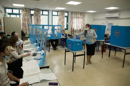 Eleitora israelense vota em 23 de março de 2021 [Amir Levy / Getty Images]