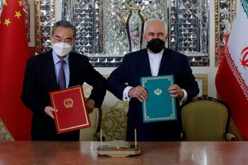 Ministro de Relações Exteriores do Irã Mohammad Javad Zarif (à direita) e sua contraparte chinesa Wang Yi, após assinatura de um acordo de cooperação na capital iraniana Teerã, em 27 de março de 2021 [AFP via Getty Images]