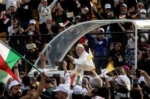 O Papa Francisco acena para a multidão ao chegar para conduzir uma missa no Estádio Franso Hariri, em 07 de março de 2021, em Erbil, Iraque. [Chris McGrath/Getty Images]
