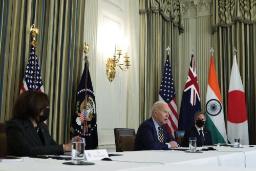 """Da esquerda para a direita, a vice-presidenta dos EUA, Kamala Harris, o presidente Joe Biden e o secretário de Estado dos EUA Anthony Blinken, na Casa Branca, participando de uma reunião virtual com líderes dos países da aliança """"Quad"""" , o primeiro-ministro Narendra Modi da Índia, o primeiro-ministro Scott Morrison da Austrália e o primeiro-ministro Yoshihide Suga do Japão para discutir questões regionais. (Foto de Alex Wong / Getty Images)"""