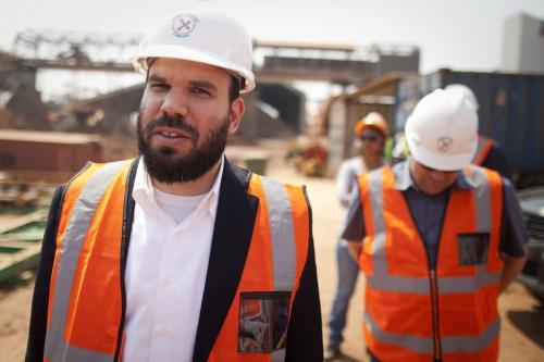 O bilionário israelense Dan Gertler, à esquerda, faz um tour pelo complexo da mina de cobre e cobalto Katanga Mining Ltd. com Shimon Cohen, à direita, seu consultor de comunicações, em Kolwezi, República Democrática do Congo, na quarta-feira, 1º de agosto de 2012. [Simon Dawson/Bloomberg via Getty Image]