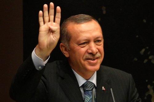 O primeiro-ministro da Turquia, Tayyip Erdogan, faz a saudação de Rabaa ao proferir um discurso durante uma reunião na sede do Justice and Development Party (AKP) em Ancara, em 20 de agosto de 2013. [Adem Altan/AFP via Getty Images]