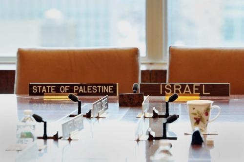 Placas indicam os assentos do Ministro de Relações Exteriores de Israel Tzipi Livni e sua contraparte palestina Saeb Erekat em reunião do chamado Quarteto do Oriente Médio, durante a 68a sessão da Assembleia Geral da ONU, em Nova York, 27 de setembro de 2013 [Stan Honda/AFP via Getty Images]
