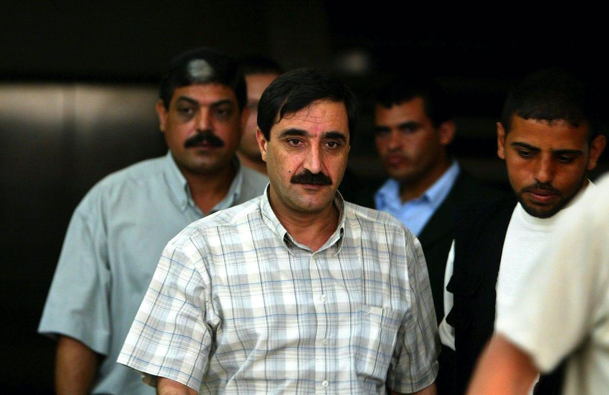 Palestino Rashed Abu Shbak (centro), então chefe da segurança preventiva na Faixa de Gaza, na saída de reunião de comandantes com o chefe de segurança palestino Mohammed Dahlan em 20 de agosto de 2003 em seu escritório na Cidade de Gaza, Faixa de Gaza. [Abid Katib / Getty Images]