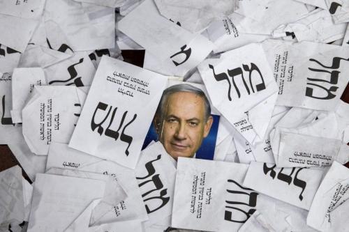 Cópias de boletins de voto e pôsteres de campanha do partido Likud do primeiro-ministro israelense, Benjamin Netanyahu, estão no chão após as eleições parlamentares do país, no início de 18 de março de 2015, em Tel Aviv. [Jack Guez/AFP PHOTO/Getty]
