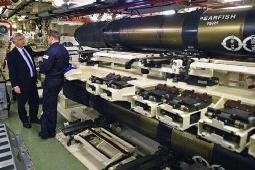 O ex-secretário de Defesa Michael Fallon, no compartimento de armazenamento de armas a bordo do HMS Vigilant na Base Naval de Sua Majestade, Clyde, em 21 de janeiro de 2016, em Rhu, Escócia. [Jeff J Mitchell/Getty Images]