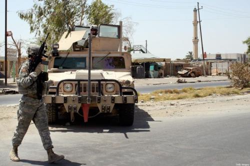 Um soldado dos Estados Unidos da Tropa A, 8º Esquadrão da 10ª Cavalaria, patrulha o bairro de Amiriyah, no oeste de Bagdá, em 24 de julho de 2006. [AFP via Getty Images]