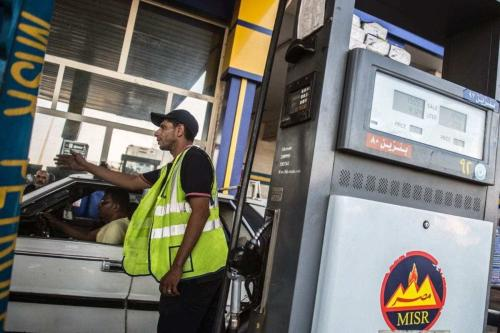 Trabalhador gesticula para os carros em um posto de gasolina do Cairo, Egito, 29 de junho de 2017 [Khaled Desouki/Getty Images]