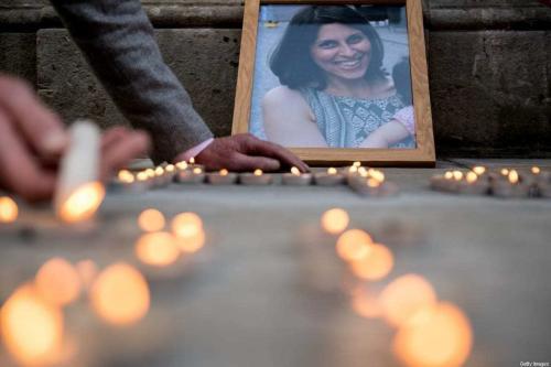 Retrato de Nazanin Zaghari-Ratcliffe em vigília no quarto aniversário de sua filha, Gabriella, em frente ao Escritório de Relações Exteriores do Reino Unido, em Londres, 11 de junho de 2018 [Chris J. Ratcliffe/Getty Images]