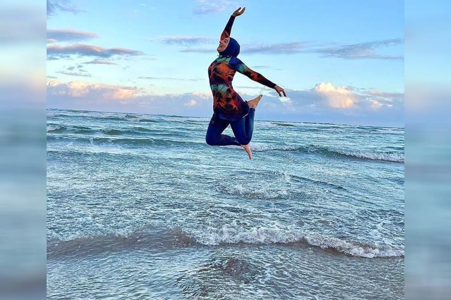 Mariam Chami na praia, quebrando mais um dos estereótipos da mulher muçulmana [Foto reprodução Instagram]