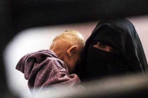 Uma mulher segurando seu filho em um hospital em Sanaa, Iêmen em 13 de fevereiro de 2021 [Agência Mohammed Hamoud/ Anadolu]