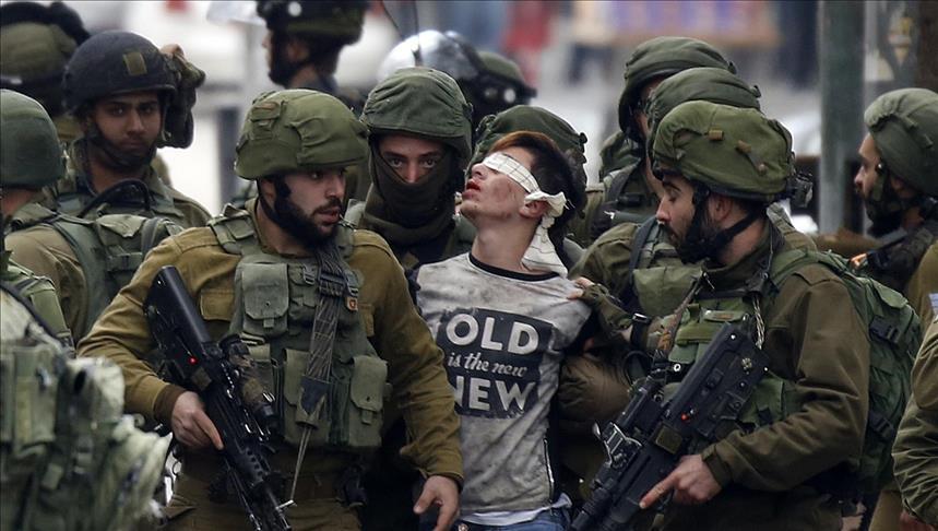Forças israelenses prendem o palestino Fevzi El-Junidi, de 14 anos, após confrontos após protestos contra a decisão do presidente dos EUA, Donald Trump, de reconhecer Jerusalém como capital de Israel, na cidade de Hebron, na Cisjordânia, em 07 de dezembro de 2017. (Wisam Hashlamoun - Agência Anadolu)