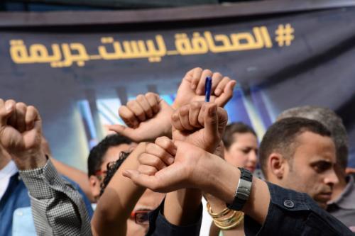 Jornalistas egípcios participam de um protesto contra as prisões de colegas jornalistas fora da sede do sindicato de jornalistas egípcios na capital Cairo, em 3 de maio de 2016 [Amr Sayed/ Apaimages]