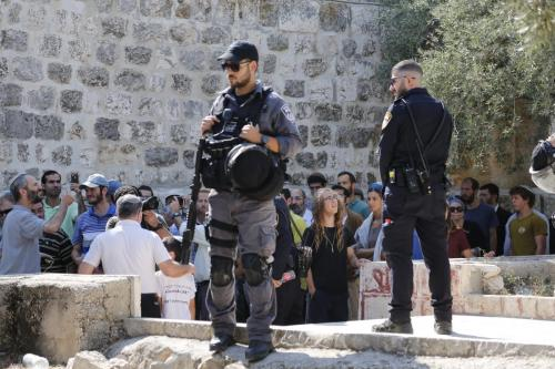 Mais de 1.000 colonos israelenses, incluindo crianças, estão a caminho do complexo da Mesquita Al-Aqsa, ponto crítico de Jerusalém Oriental, apoiado por policiais israelenses, no Complexo Al-Aqsa em Jerusalém em 22 de julho de 2018 [Mostafa Alkharouf/ Agência Anadolu]