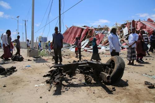 Restos de um veículo após um atentado do grupo al-Shabaab, filiado à al-Qaeda, na base militar americana de Ballidogle, cerca de 100 km a noroeste de Mogadishu, capital da Somália, 30 de setembro de 2019 [Sadak Mohamed/Agência Anadolu]