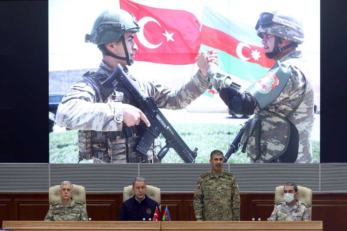 Da esquerda para a direita: general Umit Dundar, comandante da Infantaria da Turquia; Ministro de Defesa da Turquia Hulusi Akar; Ministro da Defesa do Azerbaijão Zakir Hasanov; e general Hassan Kucukakyuz, comandante das Forças Aéreas da Turquia, durante cerimônia de assinatura do acordo de cessar-fogo para o conflito em Nagorno-Karabakh, na capital azeri Baku, em 11 de novembro de 2020 [Arif Akdoğan/Agência Anadolu]